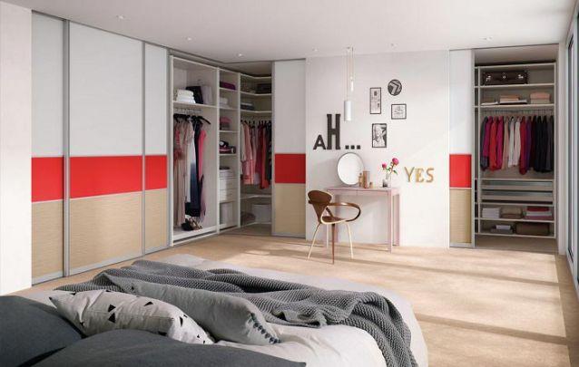"""Para quem precisa de amplo espaço para armazenamento, um grande guarda roupa planejado em """"L"""""""