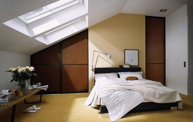 O espaço disponível atrás da cama foi escolhido para acomodar o armário para quarto