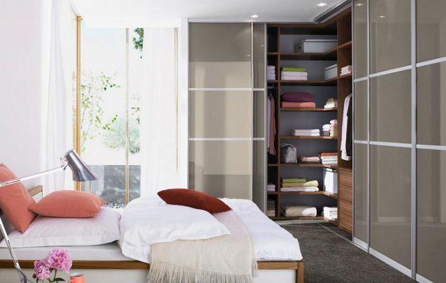 """Uma opção de guarda roupa planejado em """"L"""" para um pequeno quarto"""