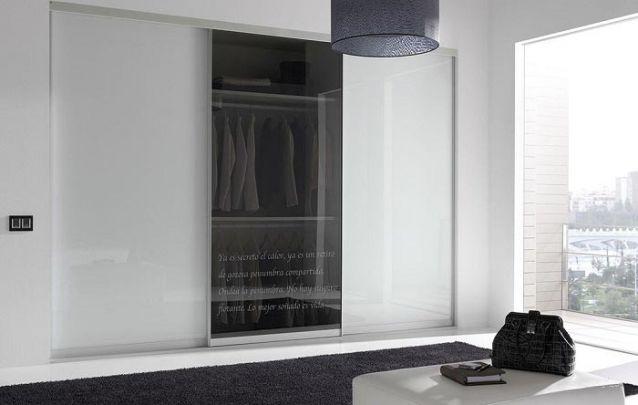 A porta central de vidro traz um toque sofisticado para o guarda roupa planejado