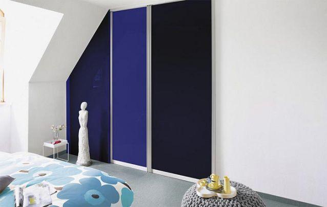 Dois tons de azul compõem este pequeno guarda roupa planejado