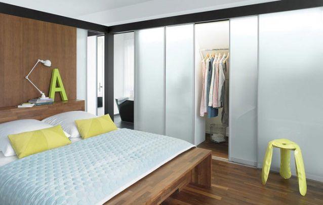 O vidro fosco é uma opção moderna para quem busca um guarda roupa planejado atual