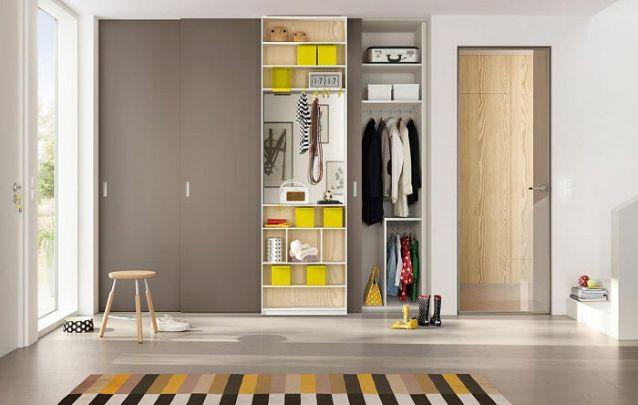 Este guarda roupa planejado conta com um nicho central sem portas, onde é possível armazenar acessórios e itens utilizados diariamente