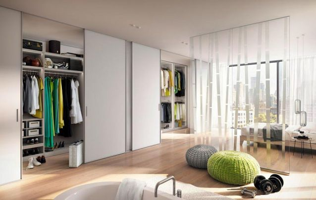 E para quem tem espaço no ambiente, pode apostar em um grande guarda roupa planejado
