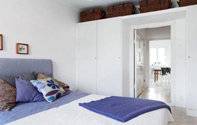 A prateleira acima da porta interliga as duas partes do guarda roupa planejado