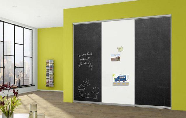 Para as crianças, aposte em portas de quadro negro no armário para quarto
