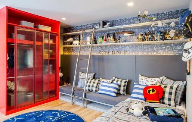 Aproveite o guarda roupa planejado para trazer um toque de cor para o quarto de seu filho