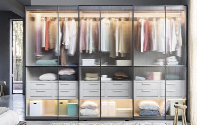 As portas de vidro deixam o guarda roupa planejado casal mais elegante