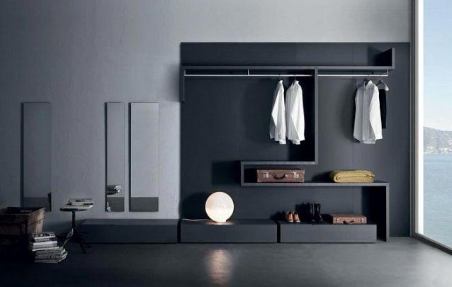 Este guarda roupa de parede segue um layout inusitado, sem portas é ótimo para quem possui poucas peças