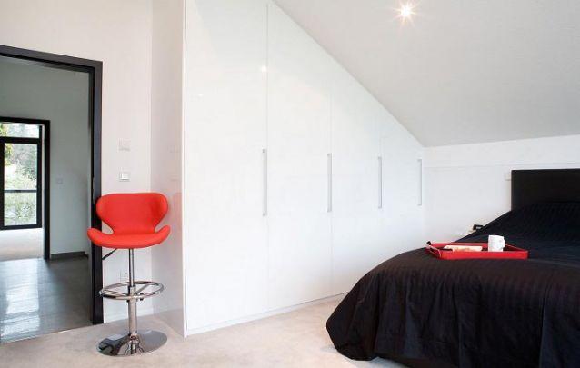 Guarda roupa planejado da mesma cor do piso e do teto, traz a sensação de amplitude para o quarto