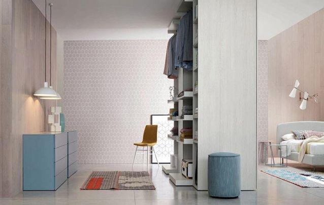 Neste quarto o guarda roupa planejado cria a ilusão de um closet, fazendo uma separação entre a área da cama e o restante do quarto