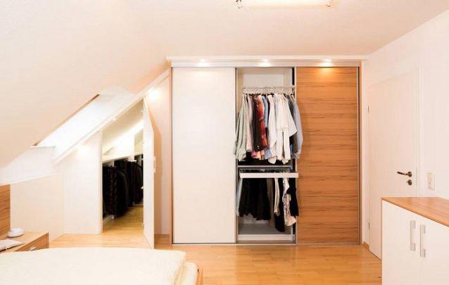 Que tal esta combinação entre branco e um amadeirado claro para o seu guarda roupa planejado?