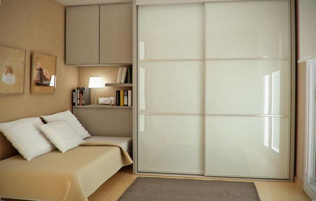 Para um quarto de solteiro, você pode planejar um guarda roupa com cama embutida, cabeceira e prateleiras