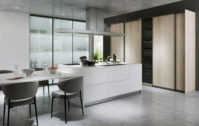 Se a cozinha for grande, vale a pena adicionar uma ilha e uma mesa sob medida no projeto