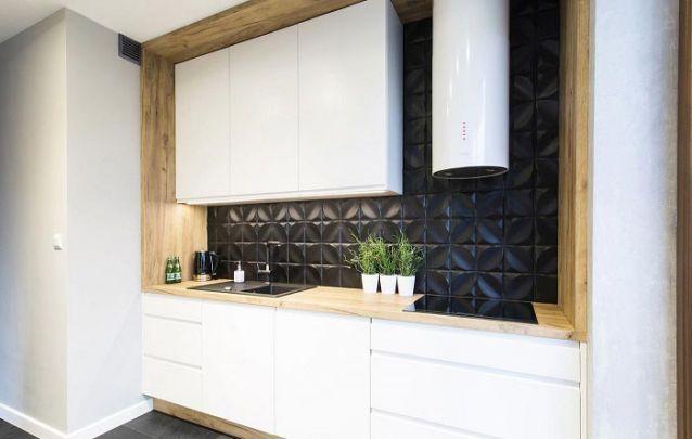 Uma cozinha planejada branca é ótima para ambientes pequenos