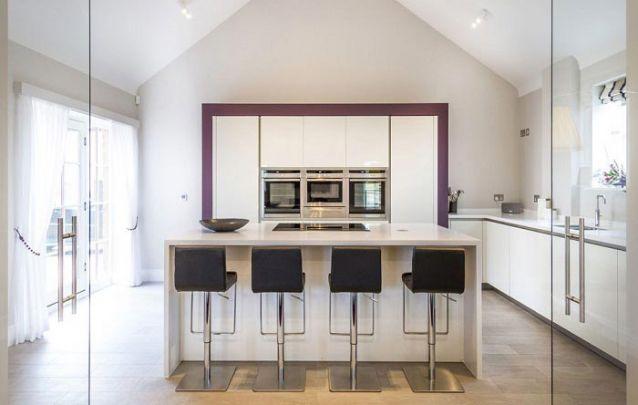 Leve toque de cor para uma cozinha planejada