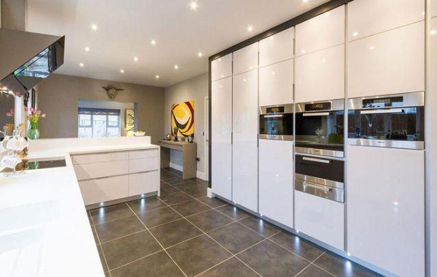 Se você possui muitos itens de cozinha, invista em armários planejados para manter tudo organizado