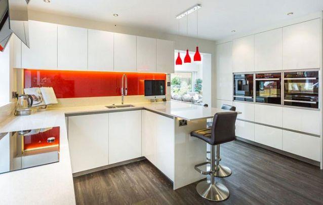 Adicionar um ponto de destaque deixa a cozinha planejada ainda mais contemporânea