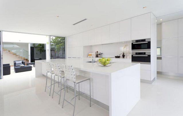 Branco sobre branco para compor um ambiente planejado minimalista e elegante
