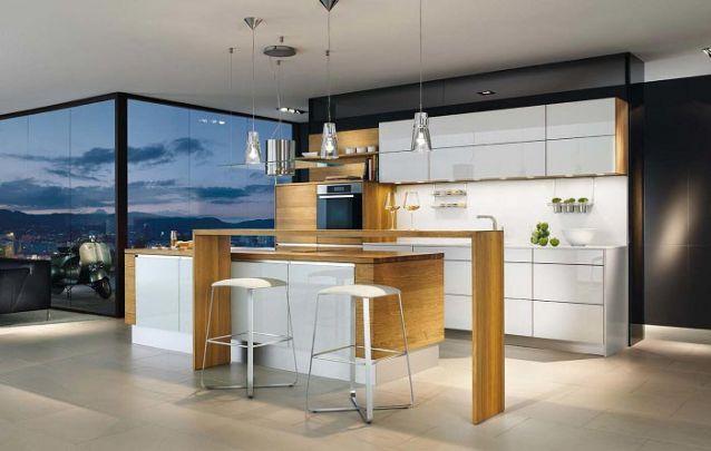 A mescla entre branco e tons amadeirados criam ambientes planejados refinados