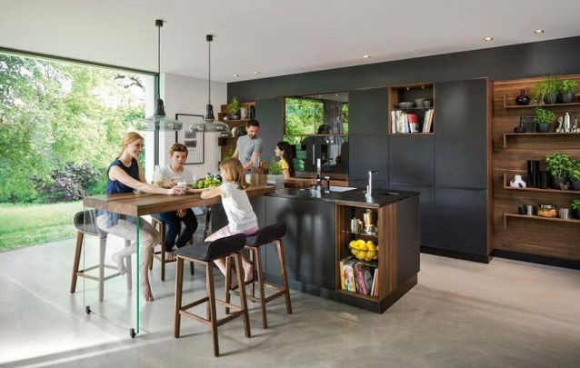 Prateleiras e nichos sempre são bem vindos em cozinhas projetadas