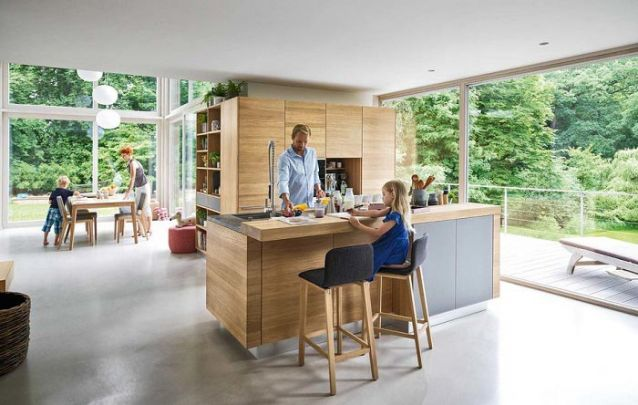 Nesta cozinha os móveis projetados ocupam de maneira exemplar o canto da parede, que normalmente não teria utilidade