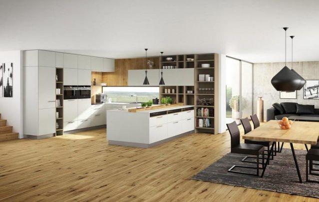 Armários planejados altos utilizam bem o espaço vertical na cozinha