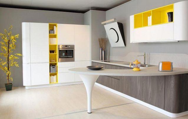 As linhas curvas dos móveis planejados trazem um toque futurista para esta cozinha
