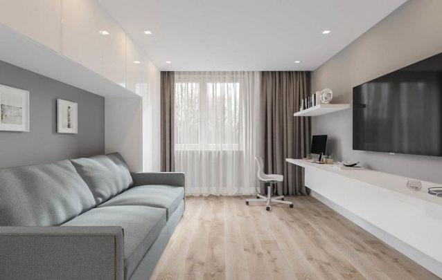 O armário planejado atrás do sofá é uma ótima ideia para quem busca espaço extra para armazenamento