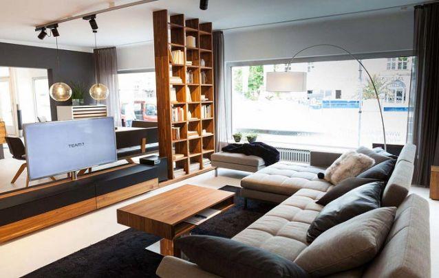 Aqui os móveis planejados servem também para separar dois ambientes