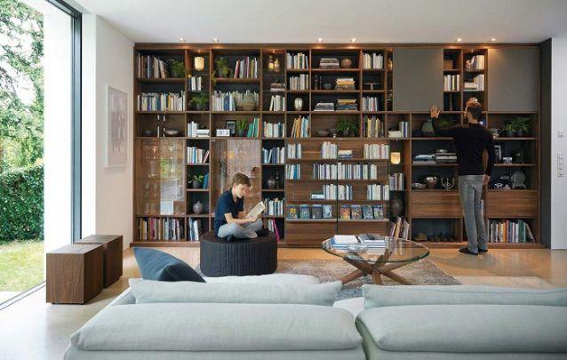 Móveis planejados para quem deseja mesclar a sala de estar com uma sala de leitura