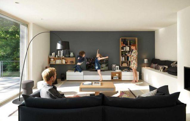 Uma boa maneira de criar uma sala de TV com espaço para leitura