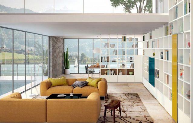 Uma estante planejada para percorrer toda a sala de estar