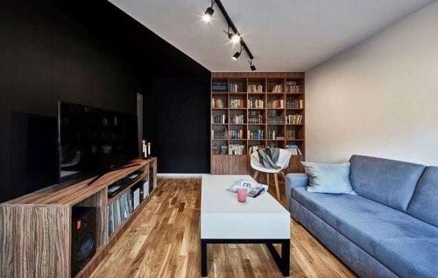 Uma parede lateral pode ser ótima para apoiar uma estante de livros projetada