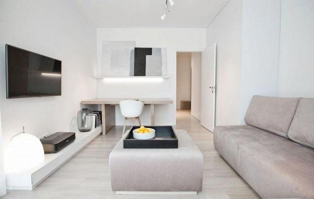 Móveis planejados permitiram incluir uma escrivaninha nesta sala de estar sem atrapalhar o design