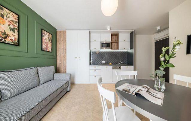 Os móveis planejados e o restante da decoração seguem um estilo retrô