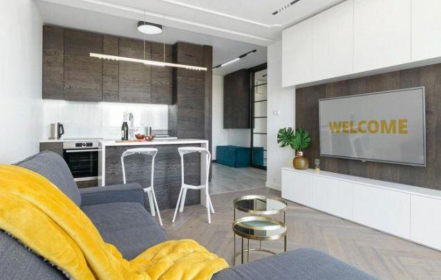 O revestimento dos móveis planejados da cozinha seguem nos planejados da sala de estar