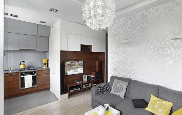 Um pequeno apartamento com moveis planejados modernos