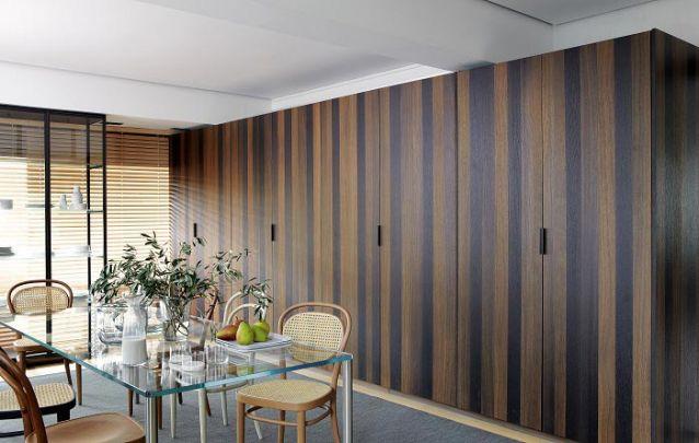 Um armário planejado na sala de jantar é uma ótima opção para armazenar itens a serem utilizados no ambiente, como um jogo de jantar ou taças, por exemplo