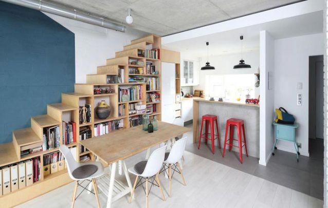 Você pode utilizar o espaço abaixo da escada para incluir armários planejados