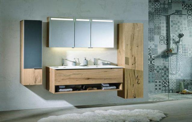 Móveis projetados criam banheiros elegantes