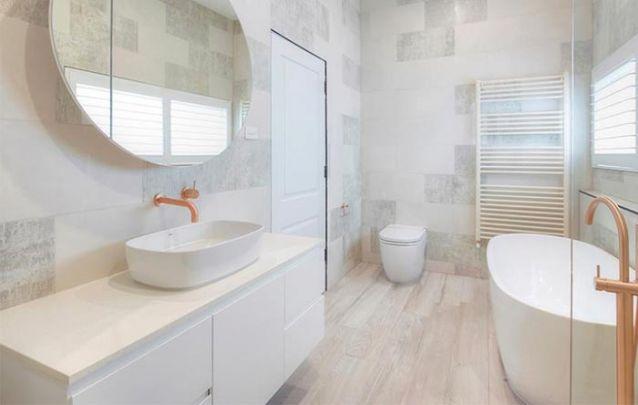 Que tal se inspirar neste armário planejado para compor um banheiro clean?