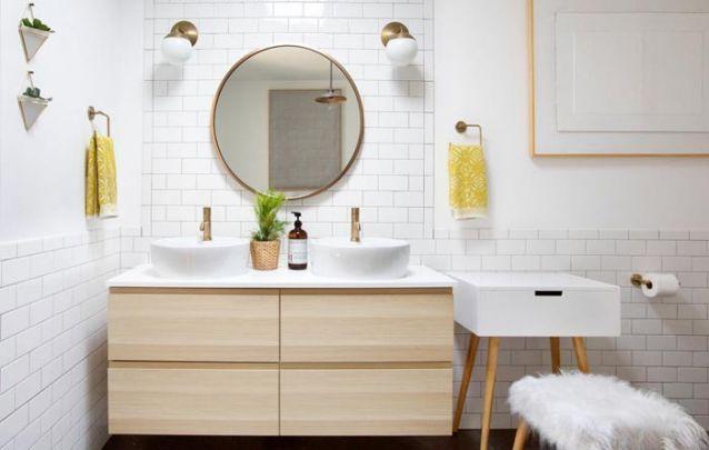 Armário planejado com estilo escandinavo para um banheiro contemporâneo