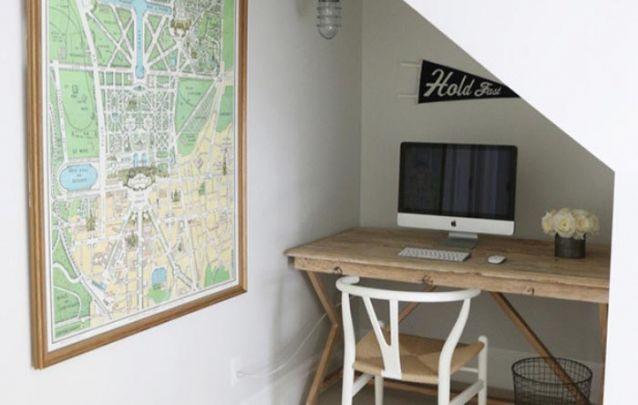 Esta pequena mesa planejada aproveita ao máximo o espaço disponível