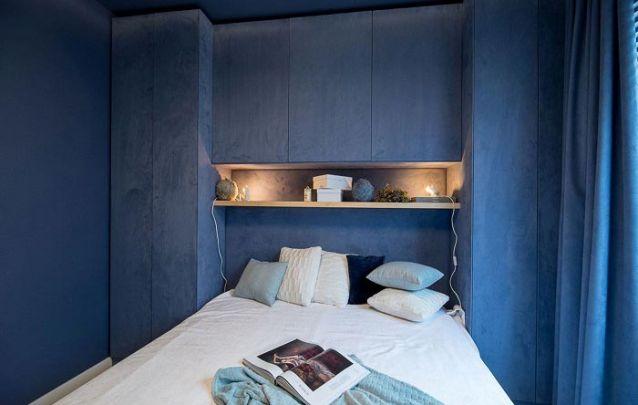 Os móveis planejados seguem a mesma cor das paredes e cortinas para criar um ambiente monocromático