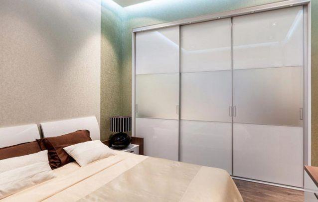 As portas de correr facilitam a circulação em um quarto pequeno