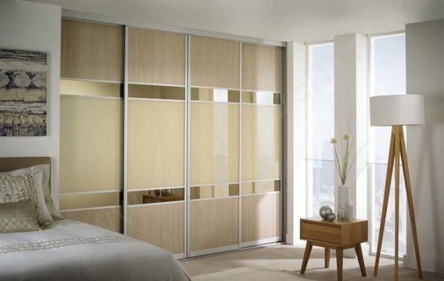 O armário planejado com mescla de materiais deixa o decor do quarto contemporâneo