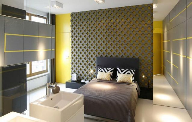 O revestimento da parede atrás da cama foi planejado para criar um design único e inovador