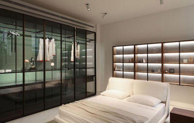As portas de vidro do armário planejado são inusitadas porém elegantes