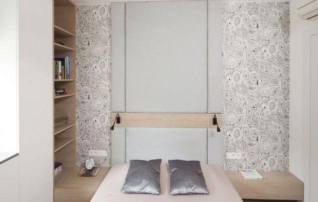 O criado mudo se estende até as prateleiras na parede lateral, criando um móvel planejado único